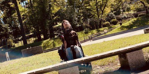 公園のベンチの奥にいる僕