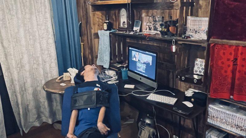 部屋に置いてあるパソコンでzoomをしている僕