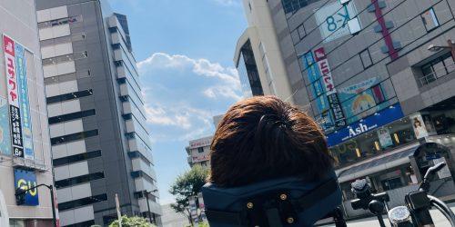 ビルとビルの間に見えている青空を眺めている僕。