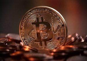 画面中央に丸い硬貨があり、その硬貨の中央にビットコインのロゴがある。