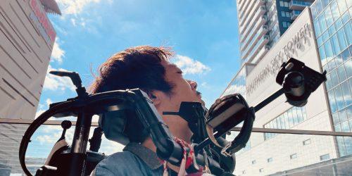右側から撮影した僕の上半身とその後ろに青い空が写っているもの。