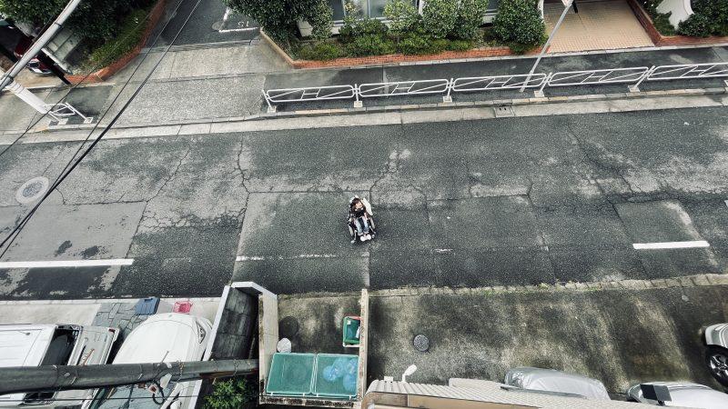 アパートの3階から地上にいる僕を見下ろして撮影している写真