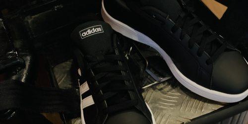 電動車椅子のフットレストの上に黒色のアディダスの靴が乗っかっている