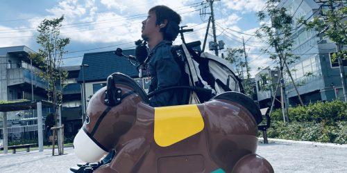馬の姿をした遊具の奥に電動車椅子に乗っている僕