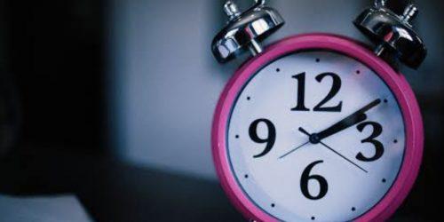 赤い淵の目覚まし時計が2時を示している。